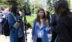 Moldova Press Freedom Days 2019 - Female Moldovan journalist interviewing subject