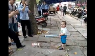 toddler china defends grandmother from chengguan